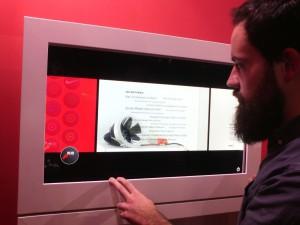 Autor und Regialog XVIII Teilnehmer Stephan Siegert beim Ausprobieren der neuesten Vitrinentechnik. Foto: privat.