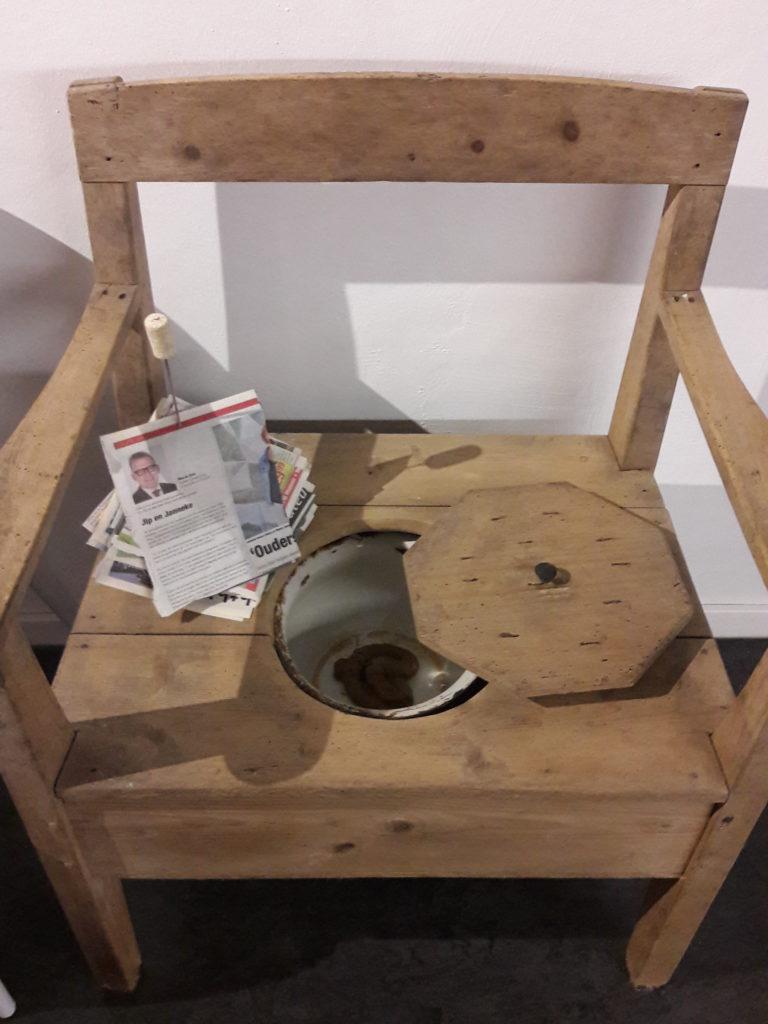 Stuhl mit Pisspott