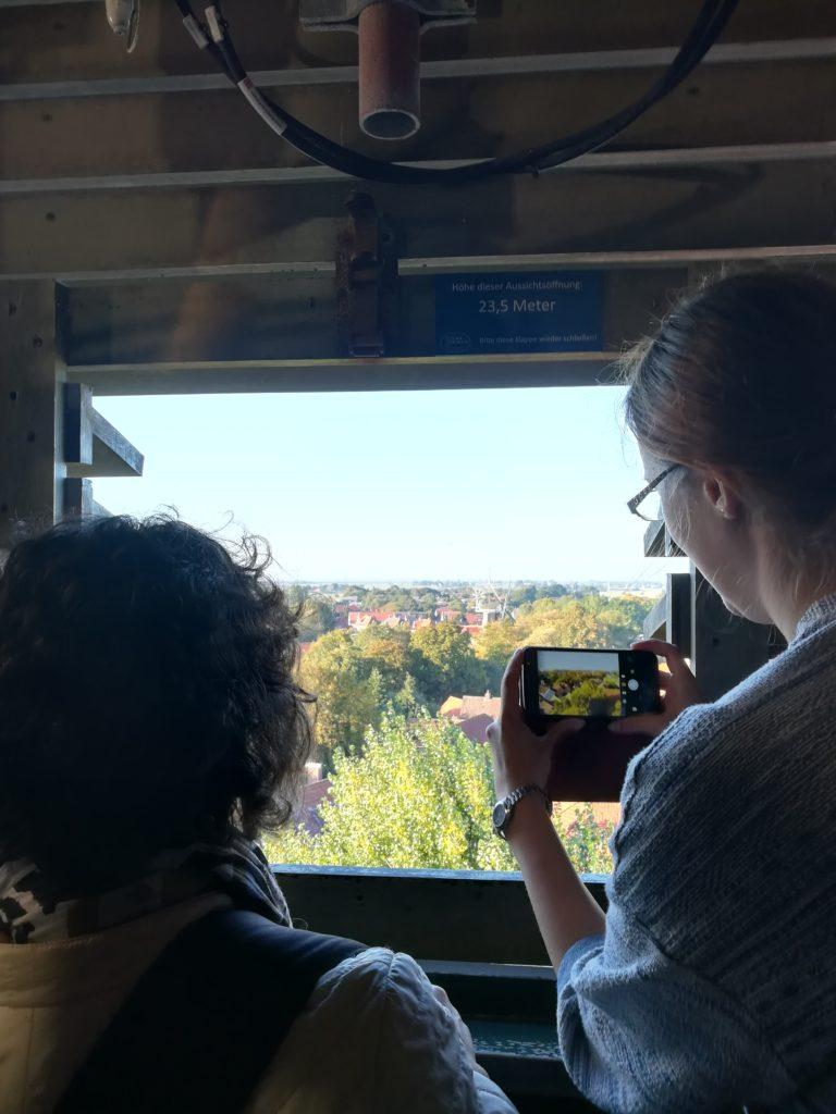 Die TeilnehmerInnen genießen den Ausblick über Esens vom Turm der St. Magnus Kirche aus.