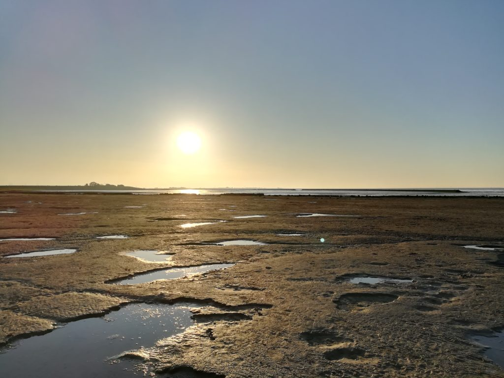 Sonnenuntergang iüber dem Wattenmeer der Nordsee in Bensersiel/Esens.
