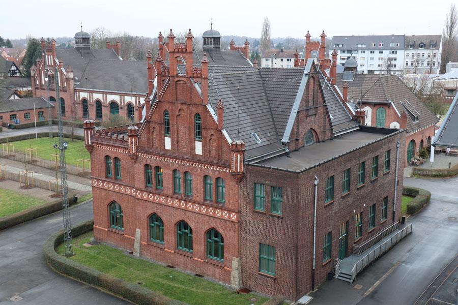 Verwaltungsgebäude am Ende des Ehrenhofs