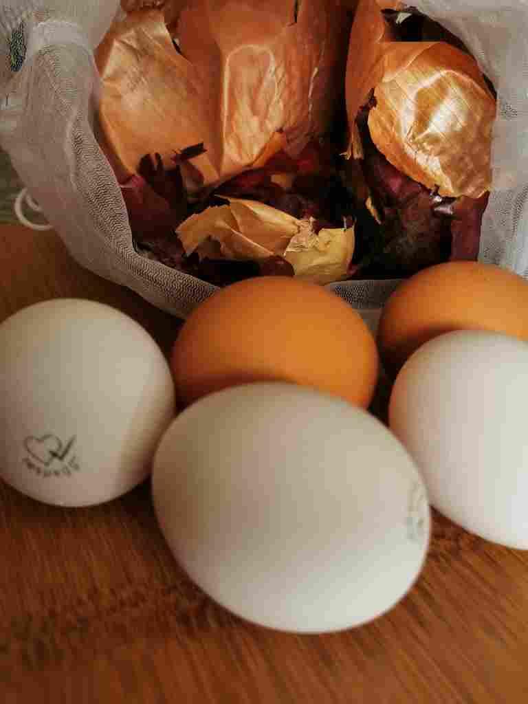Zwiebelschalen und Eier